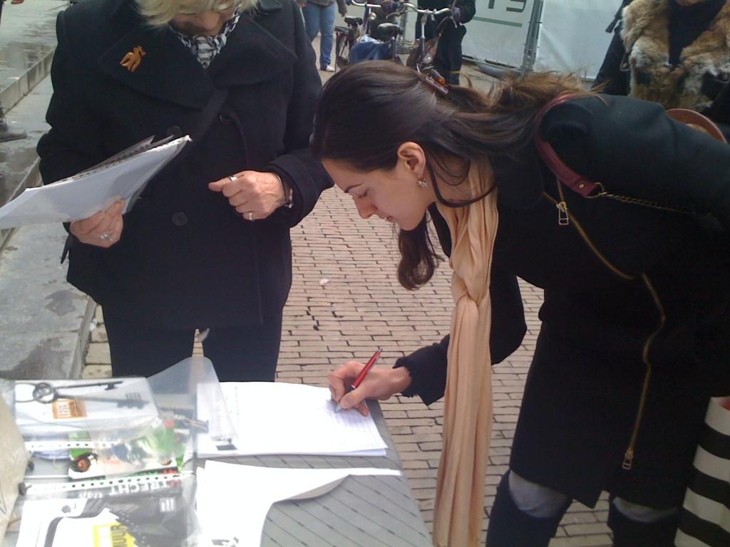 Grote belangstelling een handtekening tegen de Apartheidsmuur te zetten
