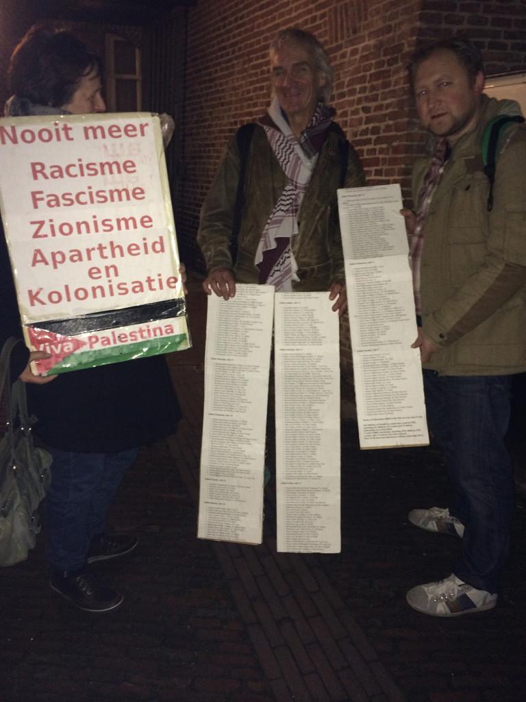 Actievoerders bij 't Hoogt. De de lijsten tonen een deel van de Palestijnse doden van afgelopen zomer.